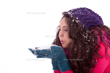 young laughing dark-haired woman in winter with snowの写真素材 [FYI00855263]