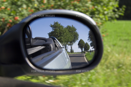 the ride in a convertible - look in the mirrorの素材 [FYI00855346]