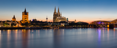 cologne skyline at nightの写真素材 [FYI00856489]