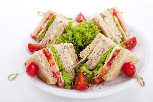 fresh club sandwich with ham,cheese,bacon and salad isoliの写真素材 [FYI00856901]