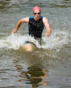 triathlete running out of waterの写真素材 [FYI00856907]