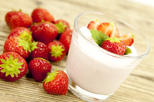 fresh strawberry yogurt shake with strawberries on a tableの写真素材 [FYI00857282]