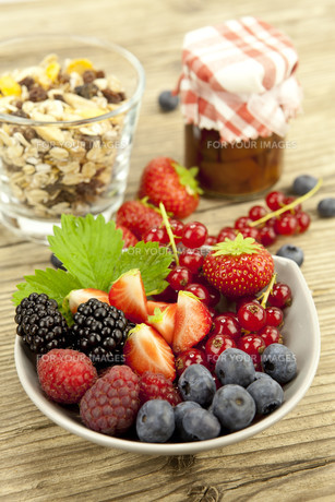 mixed fruits and berries in a bowl as dessert onの写真素材 [FYI00857290]