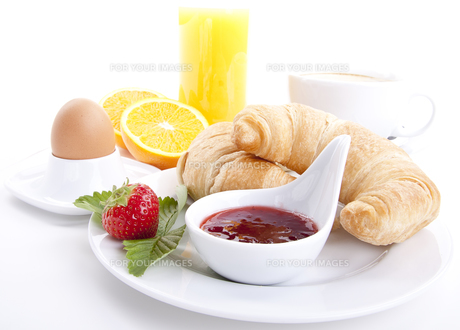 french breakfast with croissant and jam isolatedの写真素材 [FYI00857307]
