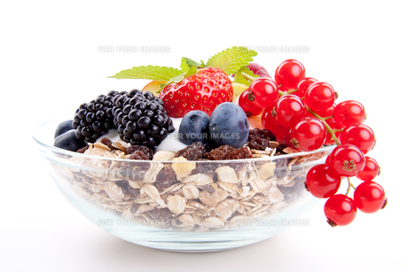 delicious healthy breakfast with cornflakes and fruit isoliの写真素材 [FYI00857309]
