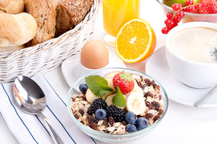 delicious healthy breakfast with cornflakes and fruit isoliの写真素材 [FYI00857318]