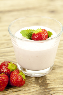 fresh strawberry yogurt shake with strawberries on a tableの写真素材 [FYI00857323]