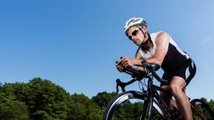 triathlete on bicycleの素材 [FYI00857417]