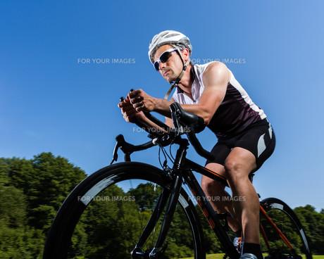 triathlete on bicycleの素材 [FYI00857446]