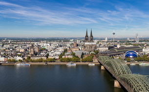 cologne skyline - cologne triangle viewの写真素材 [FYI00857451]