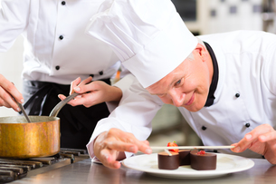 koch as a pastry chef cooks at the restaurant dessertの写真素材 [FYI00857698]