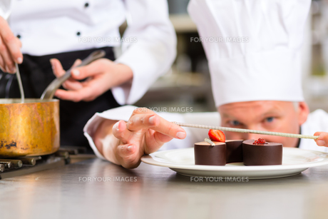 cook as pastry cooks at the restaurant dessertの写真素材 [FYI00857719]