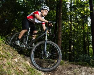 downhill mountain bikers inの写真素材 [FYI00857896]