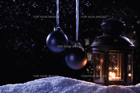lantern in the snow with christmas baublesの写真素材 [FYI00858415]