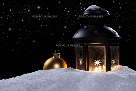 lantern with bauble under starryの写真素材 [FYI00858463]