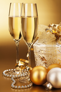 champagne glasses with christmas baubles and christmasの写真素材 [FYI00858489]