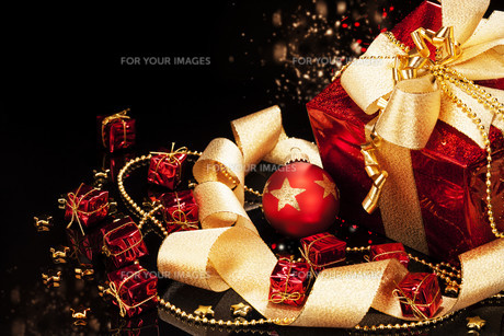 red christmas with baubleの写真素材 [FYI00858512]