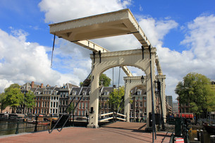 magere brug (skinny bridge) in amsterdam on the amstelの写真素材 [FYI00858922]