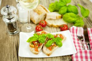 fresh italian bruschetta with tomato and garlic on eiの写真素材 [FYI00859466]