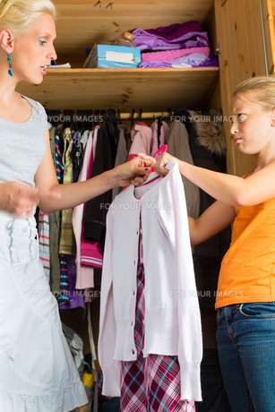family - child with mother before wardrobeの写真素材 [FYI00859600]