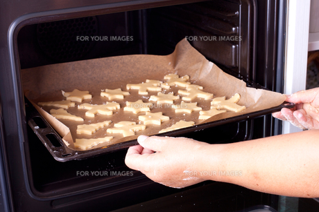 push the baking tray in the ovenの写真素材 [FYI00859614]