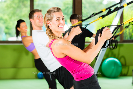 fitness - people in suspension trainingの写真素材 [FYI00859618]
