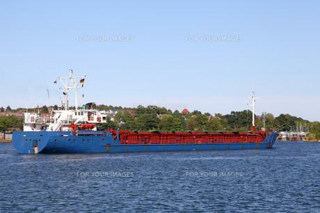 freighter on the kiel canalの写真素材 [FYI00859744]