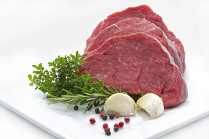 beef tenderloin with herbs and spicesの写真素材 [FYI00859800]