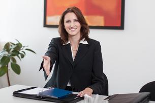 attractive businesswoman shakes handsの素材 [FYI00860000]