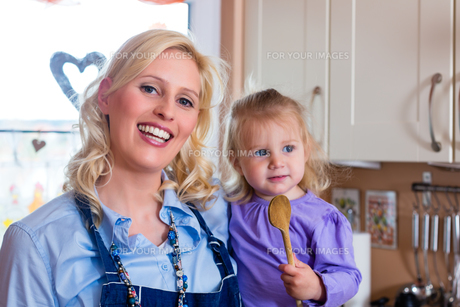 family - mother and child baking pizzaの写真素材 [FYI00860350]