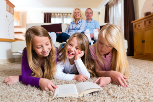 family reading a book togetherの写真素材 [FYI00860406]