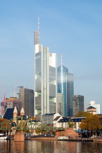 frankfurt skyline in the light morning mistの写真素材 [FYI00861361]