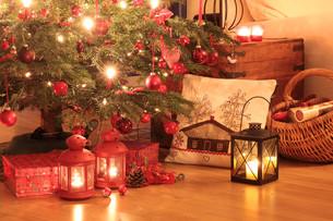 christmas presents under the treeの写真素材 [FYI00861584]