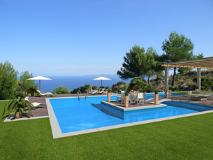 swimming pool with island and view on the seaの写真素材 [FYI00862370]