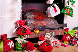 filled christmas stockings by the fireplaceの写真素材 [FYI00864021]