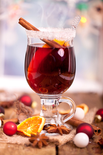 mulled wine with christmas decorationの写真素材 [FYI00864027]