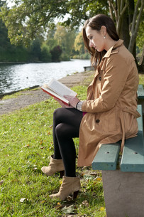 young woman with bookの写真素材 [FYI00864190]