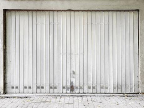 garage gate metal brightの写真素材 [FYI00864617]