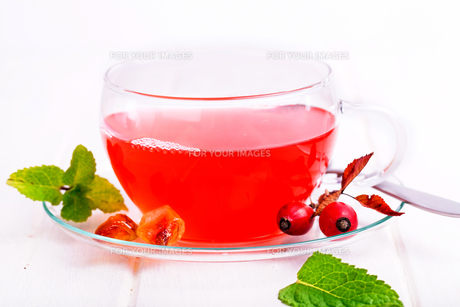 fresh red rose hips tea against white backgroundの写真素材 [FYI00864719]