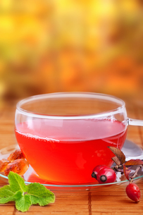 rosehip tea with natural backgroundの写真素材 [FYI00864764]
