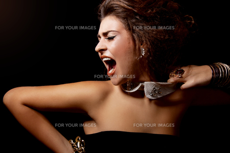 woman with elegant makeup screaming calls emotionalの写真素材 [FYI00864795]
