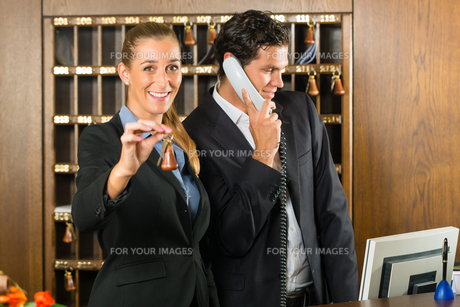 reception at the hotel - receptionistの素材 [FYI00865173]