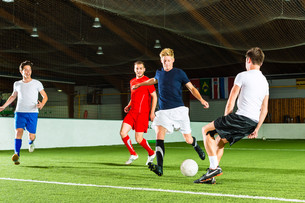 team plays indoor soccerの写真素材 [FYI00865177]