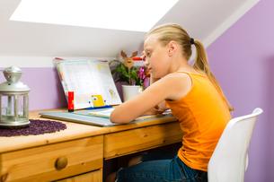 family - child doing homeworkの写真素材 [FYI00865190]