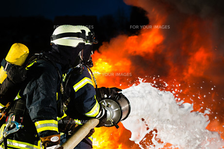 firefighters - firefighters put out a fireの写真素材 [FYI00865200]