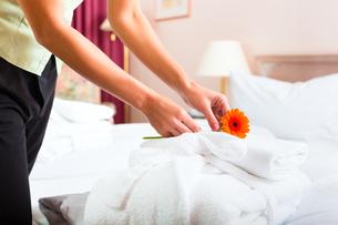 woman in hotel room serviceの写真素材 [FYI00865242]
