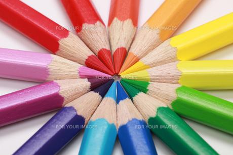 circle of bright color pencilsの写真素材 [FYI00865379]