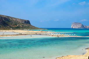 beach with turquoise waters in creteの写真素材 [FYI00865425]