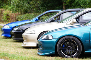 lowered cars lined upの写真素材 [FYI00865885]