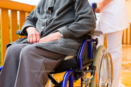 age and care - nurse and a senior in wheelchairの写真素材 [FYI00865977]